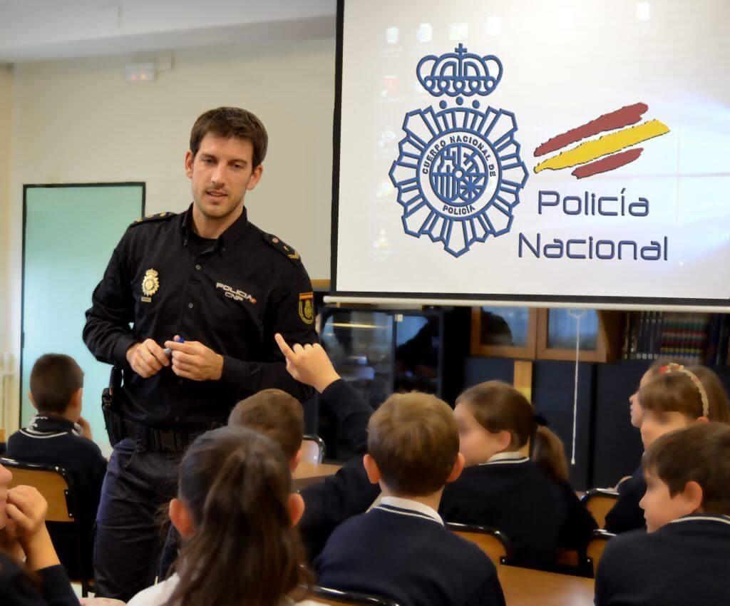 Policía dando consejos sobre el acoso escolar