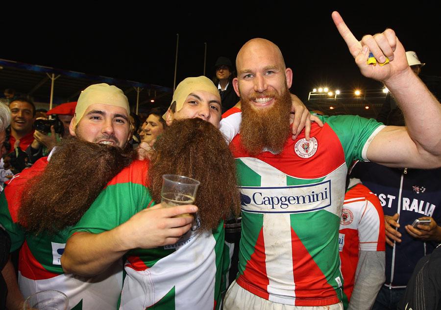 Erik Lund és a szurkolók - norvég nemzetisége mellett a szakálláról ismert a második soros