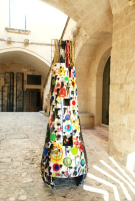 Albero di Natale di Salvatore Cuschera, 2011, legno, ferro, tessuto, cm 238x78