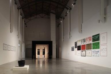 """In fondo """"La Salle Blanche"""" 1975. Marcel Broodthaers. L'espace de l'écriture Veduta di allestimento della mostra al MAMbo Foto Matteo Monti 2012"""