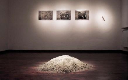 Emanuela Ascari, Materia per una o più storie (di terra e di acqua). 2010. Scavo + installazione. Immagine: scavo, 50x50x24 cm, Ferrara
