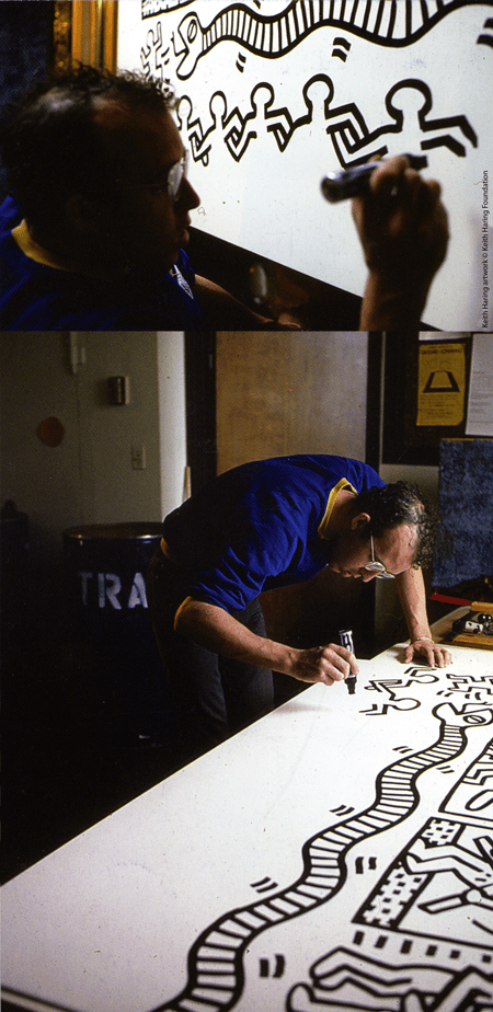 Keith Haring mentre disegna Keith Haring artwork © Keith Haring Foundation