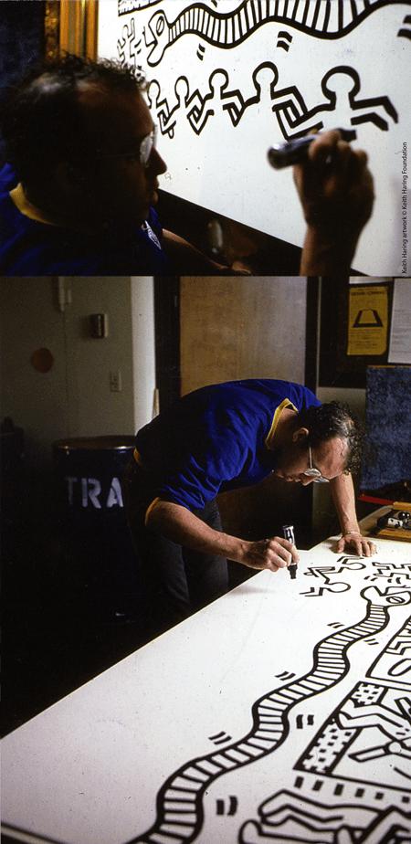 Keith Haring mentre disegna Keith Haring artwork © Keith Haring Foundation