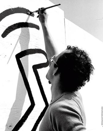 Keith Haring lavora al murale Fotografia di Curtis L. Carter Keith Haring artwork © Keith Haring Foundation