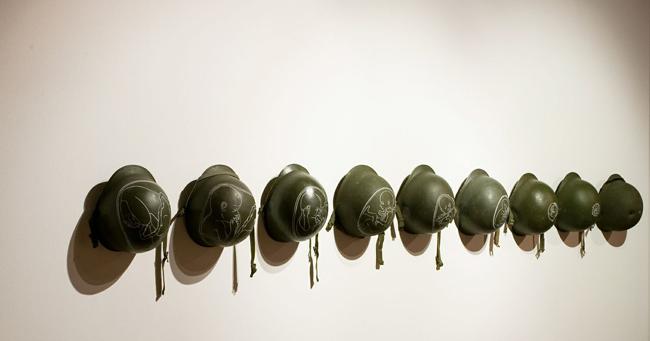 Rocco Dubbini, Gloria, 2012, pittura acrilica su 9 elmetti militari in metallo, installazione dimensioni variabili, Courtesy l'artista e Il ritrovo di Rob Shazar