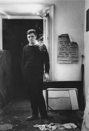 Uliano Lucas, Il pittore Franco Angeli nel suo studio, Roma, 1963, vintage, 30x20 cm Courtesy Archivio Uliano Lucas/ Ca' di Fra' - Milano