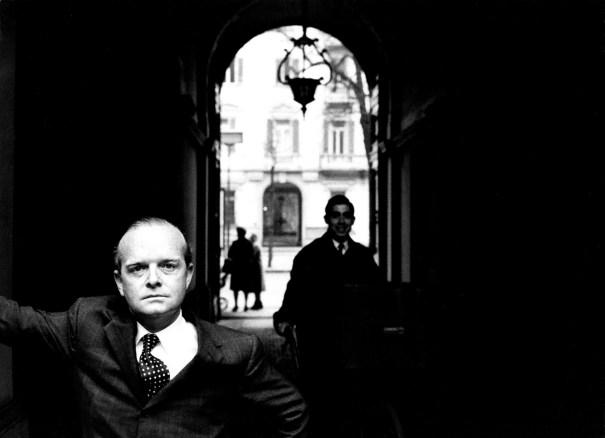 """Lo scrittore Truman Capote durante una visita a Giovanni Agnelli, Torino, 1966. Da un reportage realizzato per """"L'Europeo"""""""