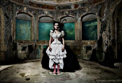 Angela Loveday, Between the devil and the deep blue sea, cm 80x120 cm, Stampa lambda su dbond con plexi frontale 5mm, 2010,