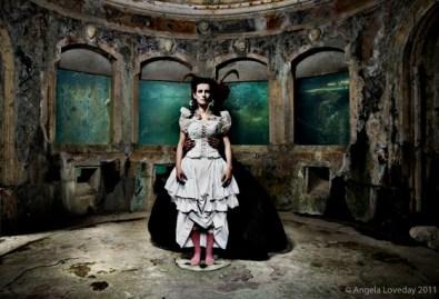 Angela Loveday, Between the devil and the deep blue sea, cm 80x120 cm, Stampa lambda su dbond con plexi frontale 5mm, 2010,