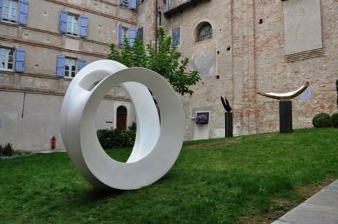 "Elio Garis, ""Ellissoide""2007/08, resina acrilica cm 250 x120 x 225 h, ""Sirena"" 2006, bronzo patinato nero, ferro 110 x 190 x 60 cm , ""Sirena"" 2006 bronzo lucidato, ferro 160 x 170 x 45 cm. Foto: Edoardo Garis"