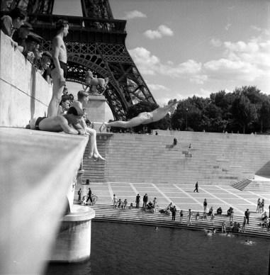 Robert Doisneau, Le plongeur du Pont d'Iena, 1945, © atelier Robert Doisneau