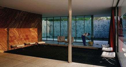 Jeff Wall, Morning Cleaning, Mies van der Rohe Foundation, Barcelona, 1999, lightbox, 187 x 351 cm, Courtesy dell'artista