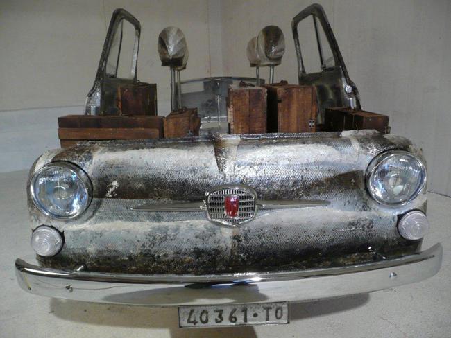 Gianni De Paoli 27, EKO500, anno 2013, tecnica mista, componenti di Fiat 500, Metacrilato, salmone norvegese, acciaio, valigette in legno di pallets