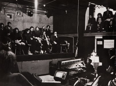 "Peter Moore, Paik performing his ""Fluxus Sonata #3"". Dall'album ""Charlotte Moorman and Nam June Paik"", 1964-74, Edizioni Pari & Dispari, 1975. Serie n. 12/15."