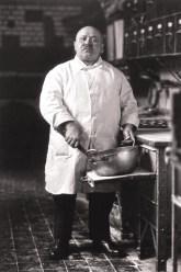 August Sander, Pastelero, 1928 © Die Photographische Sammlung/SK-Stiftung Kultur, August Sander Archiv, Koln, VG-Bild Kunst, Bonn, 2011 - Fondazione Stelline