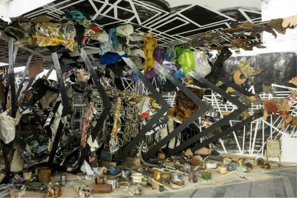 Abigail DeVille. Street Life: The Vortex, 2012, detriti accumulati, cartone, manichini, cimeli, dimensioni variabili, opera prodotta da PinchukArtCentre Courtesy PinchukArtCentre © 2012 Foto Sergey Illin