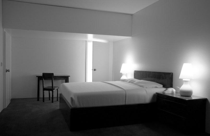 Bernd Oppl, Hotel Room, 2012, modellino di una stanza, legno, alluminio, vetro, apparecchio di raffreddamento, elettronica, cm 80x160x80