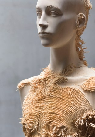Aron Demetz, Advanced minorities, 2012, tiglio, cm 215