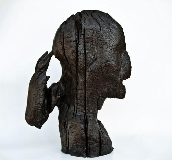 Aron Demetz, testa, 2012, legno carbonizzato, cm 40