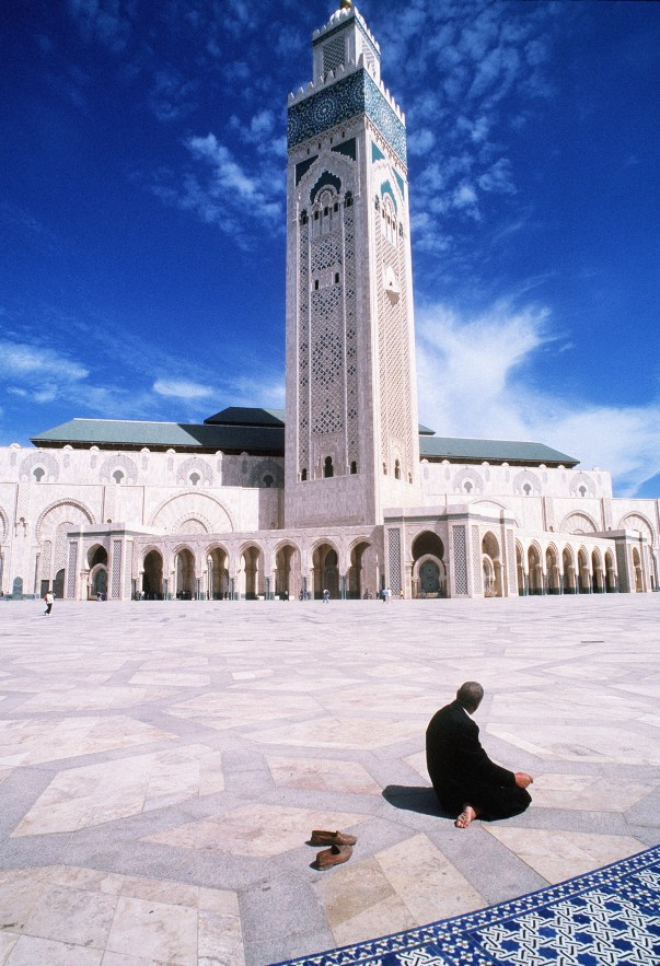 Ammar Abd Rabbo A man praying outside the Hassan II Mosque in Casablanca, Morocco, 1996 Stampa fine art su carta di cotone 155 x 107.8 cm Courtesy Ayyam Gallery, Dubai