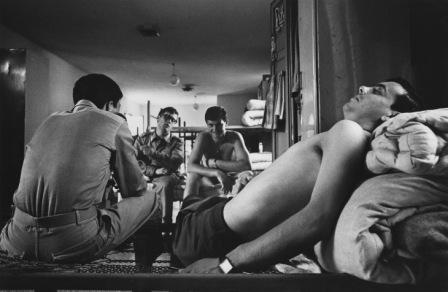 Uliano Lucas, Nel dormitorio della caserma dell'aviazione di Villafranca di Verona, 1968 © Uliano Lucas
