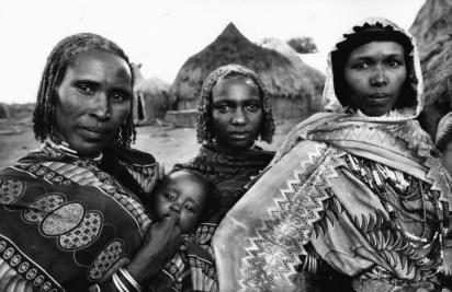 Uliano Lucas, In un villaggio borana nei pressi di Darrito durante la festa per la cerimonia del conferimento del nome al figlio di un ricco proprietario di bestiame locale, Etiopia meridionale, 2007 © Uliano Lucas