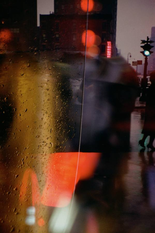 Saul Leiter, Walk with Soames, 1958, stampa Cibachrome, cm 35.4x27.9 © Saul Leiter Courtesy Howard Greenberg Gallery, New York