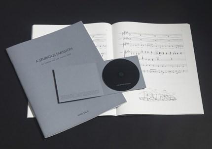 Anri Sala, A Spurious Emission for baroque trio and country band - 2007 libretto, audio-CD, saldato in plastica Score, numerato e firmato, compact disc ed. 52/80. Frammenti di un discorso amoroso