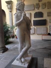 Massimiliano Pelletti, Bianco B, scultura in marmo e apparecchio ortodontico, Cortile del Museo Civico Paolo Giovio