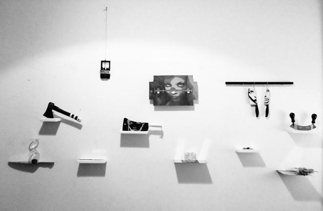Dellaclà, Love Kills, 2013, zinco inchiostro, acrilico, ferro, acciaio, plastica, rosa, rovi, legno, dimensioni variabili