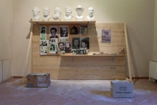 Installazione esatta del laboratorio di scultura Telara Studio d'Arte così come si è conservata dopo la lavorazione delle opere di Durant: i modelli in gesso delle teste dei personaggi anarchici, fotografie fornite dall'artista per la realizzazione dei modelli in creta, strumenti di lavoro, esposti in questa occasione allo scopo di documentare le varie fasi della lavorazione