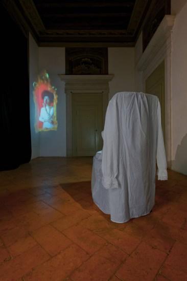 Chiara Fumai, Shut Up, Actually Talk, veduta dell'installazione, stanza I, A Palazzo Gallery, Brescia