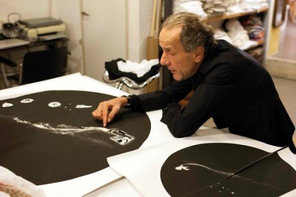 Enzo Cucchi ritratto mentre lavora al work in progress, courtesy Galleria Poggiali e Forconi