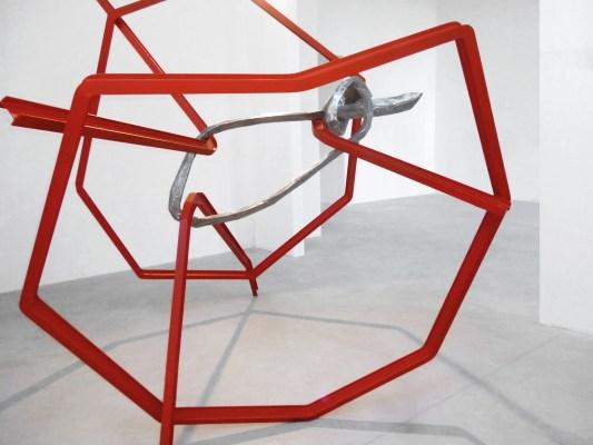 Eduard Habicher, Gedanken-Fänger, 2013, profilati di acciaio e acciaio inox, 284x325x325 cm Courtesy Galleria Goethe, Bolzano