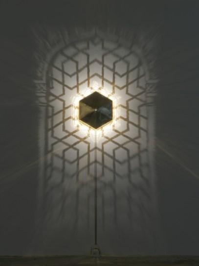 Fabrizio Corneli, Finestra della Moschea di Qeyçoun III, 2005, ottone, alogena, ombre, 240x140 cm, scatola in ottone 40x43x15 cm