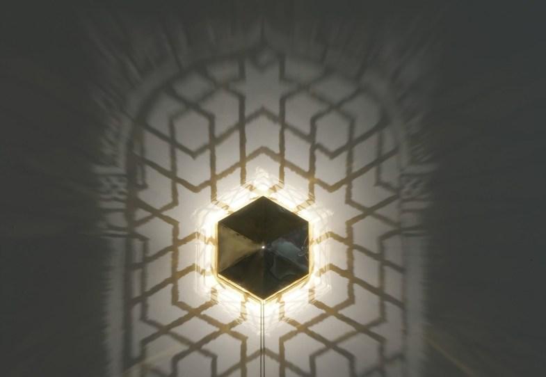 Fabrizio Corneli, Finestra della Moschea di Qeyçoun III (particolare), 2005, ottone, alogena, ombre, 240x140cm, scatola in ottone 40x43x15cm