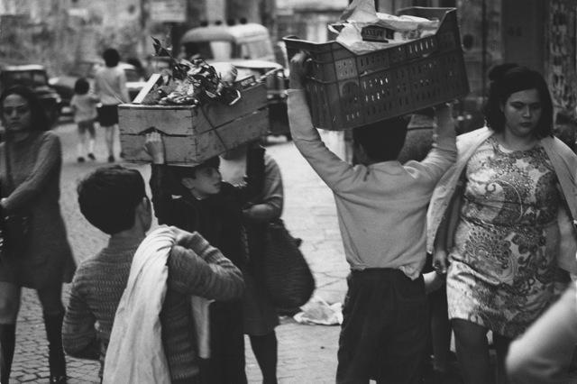 Uliano Lucas, Quartieri spagnoli, Napoli, Vintage, 1976 circa Courtesy Archivio Uliano Lucas, Milano / Ca' di Fra', Milano
