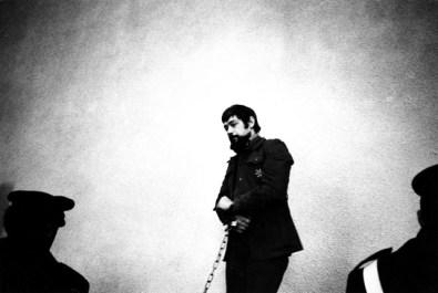 Uliano Lucas, L'anarchico Giovanni Marini, accusato dell'omicidio del militante dell'Msi Carlo Falvella, durante il processo, Salerno, 28 febbraio 1974, Vintage Courtesy Archivio Uliano Lucas, Milano / Ca' di Fra', Milano