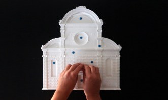 Esplorazione tattile del modello della facciata della Chiesa di San Michele in Isola di Mauro Codussi a Venezia