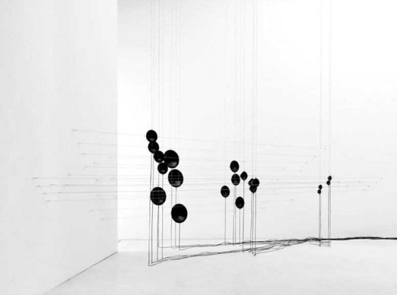 Aritmetiche architetture sonore, 2012, cavi d'acciaio, speakers, sistema di riproduzione audio - dimensioni ambientali, courtesy Studio La Città - Verona, foto Michele Alberto Sereni