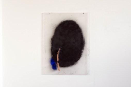 Marco Gastini, Impronta con due , 2012-2013, tecnica mista e terracotta su plexiglas, cm 100x75x10 - foto Gabriele Salvaterra