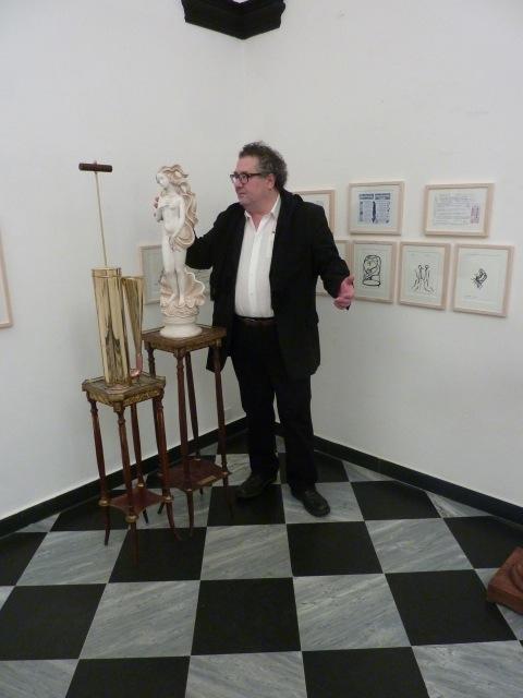 Pavel Schmidt vicino all'opera In caso di nebbia attivare la Venere, in mostra da UnimediaModern Contemporary Art a Genova