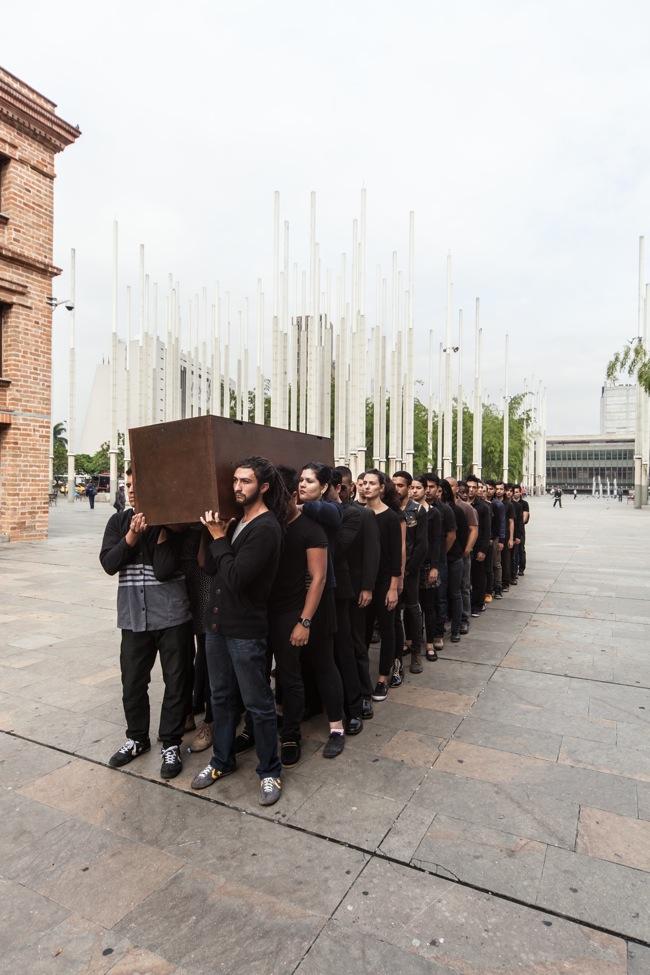 Regina José Galindo, NEGOCIACIÓN EN TURNO, 201343° Salone Internazionale, Medellín, ColombiaFoto di Víctor Robledo Courtesy dell'Artista e PrometeoGallery