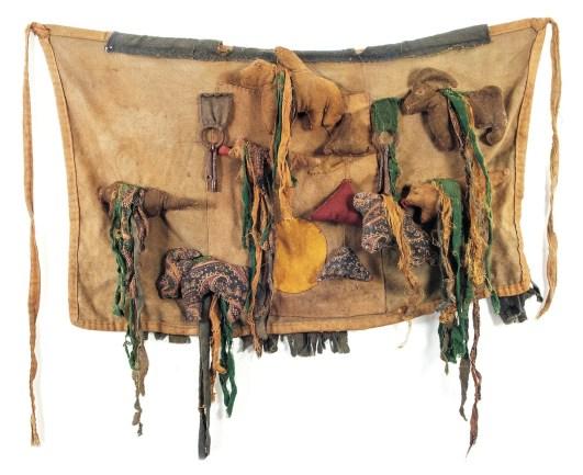 Grembiule sciamanico, prima meta del XX secolo Mongolia settentrionale stoffa, ferro, materiali diversi Fondazione Sergio Poggianella, Rovereto