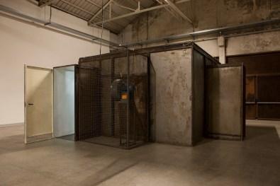 Micol Assaël, Senza Titolo, 2003, installazione, ventilatori, ferro, cavi elettrici, vetro, scintille, 258x500x500 cm Foto Agostino Osio Courtesy Micol Assaël e Galleria Zero, Milano