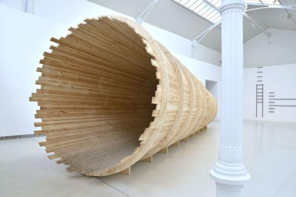 Cildo Meireles, Entrevendo (Intravedendo), 1970/1994, COPRODOTTA CON REINA SOFIA E SERRALVES Installazione Termoventilatore, tunnel di legno, pezzi di ghiaccio 300 x 900 cm