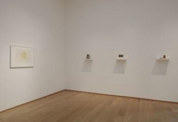 Da sinistra: Study for room, 1993 (inchiostro, acquerello e correttore liquido su carta millimetrata; cm 42 x 59.5; courtesy Galleria Lorcan O'Neill, Roma). Model II, 2008 (gesso, pigmenti, legno e metallo; 1 mensola, 5 unità; cm 24 x 40 x 20; courtesy l'artista e Luhring Augustine, New York). Model IV, 2006 (gesso, legno e alluminio; 1 mensola, 6 unità; cm 20,5 x 40 x 20; collezione privata; courtesy Galleria Lorcan O'Neill, Roma). Can I, 2010 (gesso con ossido di ferro, bronzo, legno e metallo; 1 mensola, 2 unità; cm 11 x 40 x 9; courtesy l'artista e Luhring Augustine, New York).
