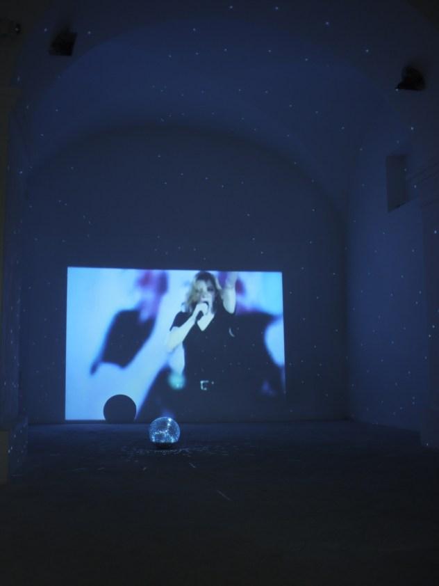 Trisha Baga, Madonna y El Niño, 2007, DVD e strobosfera Foto Marco Marzuoli