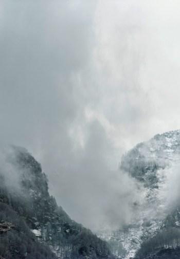 Axel Hütte, Sonogno, Svizzera dalla serie New Mountains, 2013, 205x155 cm, Ditone Print © l'artista