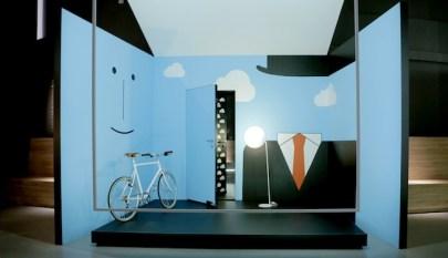 in & out, 'L'Empire des Lumières' di René Magritte è la fonte d'ispirazione dell'installazione di Nicola Gobbetto 'Sky lines'. Un ambiente in cui il dentro e il fuori coincidono. E la porta è insieme invitante varco d'accesso e sicuro limite invalicabile. L'inconfondibile silhouette dell'artista belga, impressa sulla parete, sembra controllare l'ingresso. E decidere tra il giorno, rappresentato dal cielo azzurro sulle pareti, e la notte, dichiarata dal fondale nero oltre le nuvole design / Gardesa ASSA ABLOY porta blindata R EVO3, design Davide Crippa (Ghigos Ideas) spessore 5,4 cm. L'unica porta di sicurezza al mondo totalmente reversibile, trasformabile e customizzabile Valli&Valli ASSA ABLOY maniglia H 1049 serie Divara, design Valli Workshop Si ringrazia: Tom Dixon, la Rinascente, Ligne Roset, Tokyobike art / Nicola Gobbetto La sua ricerca si snoda attorno alla narrativa fantastica, a miti e leggende, tra magia e esoterismo. Nato a Milano nel 1980, qui vive e lavora. Metamorfosi e trasformazione sono le parole chiave della sua produzione artistica. Autore di progetti speciali per l'arte e la moda, monta video animati che raccontano storie poetiche e surreali. In Italia è rappresentato dalla Galleria Fonti, Napoli 4 kitchen Pareti e pavimenti coincidono e un 'parquet' con una nuova natura riveste anche le superfici verticali, scomponendosi in più sfumature e colori. Le piastrelle in versione 'effetto legno' e multicolor sono il materiale scelto da Paolo Gonzato per la sua installazione 'Untitled'. Un'interpretazione astratta e creativa dell'ambiente cucina i cui rivestimenti fanno da 'tavolozza' contemporanea per una pittura in 3D. Dov'è il confine tra arte e design? design / Marazzi pavimento e rivestimenti in gres porcellanato della collezione Treverkchic nei colori Noce americano, Noce francese (20x120 cm) e piastrelle multicolor SistemC Architettura (10x10 cm) Martinelli luce lampada L'AMICA, design Elio e Emiliana Martinelli Si ringrazia: Richard Lampert, Pl